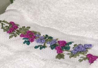 toalla bordada con flores