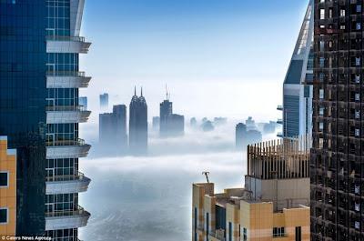 صور رائعة لناطحات السحاب في مدينة دبي وسط الضباب الكثيف
