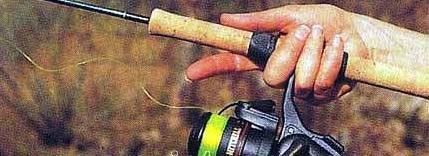Cùng với lúc ném mồi ra xa thì thả ngay ngón tay trỏ đang giữ dây cước ra để dây cước có thể tuôn ra theo sức kéo của mồi