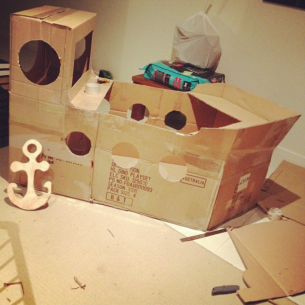 Cardboard box tutorials for kids to do a pirate boat! ⛵ Hours of ...