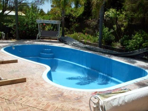 Fotos de piscinas residenciais de fibra imagens e fotos for Imagenes de piscinas