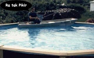 lucu mancing di kolam renang