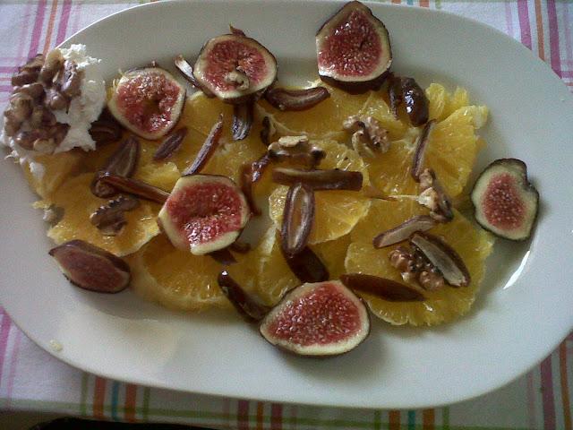 Orangen-Dattel-Salat mit Feige und Walnüssen