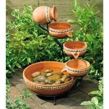 adornar jardín con fuentes