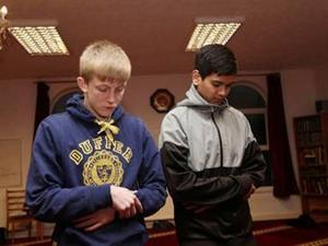 Siswa-Siswa di Inggris Masuk Islam dan Alasan Mereka