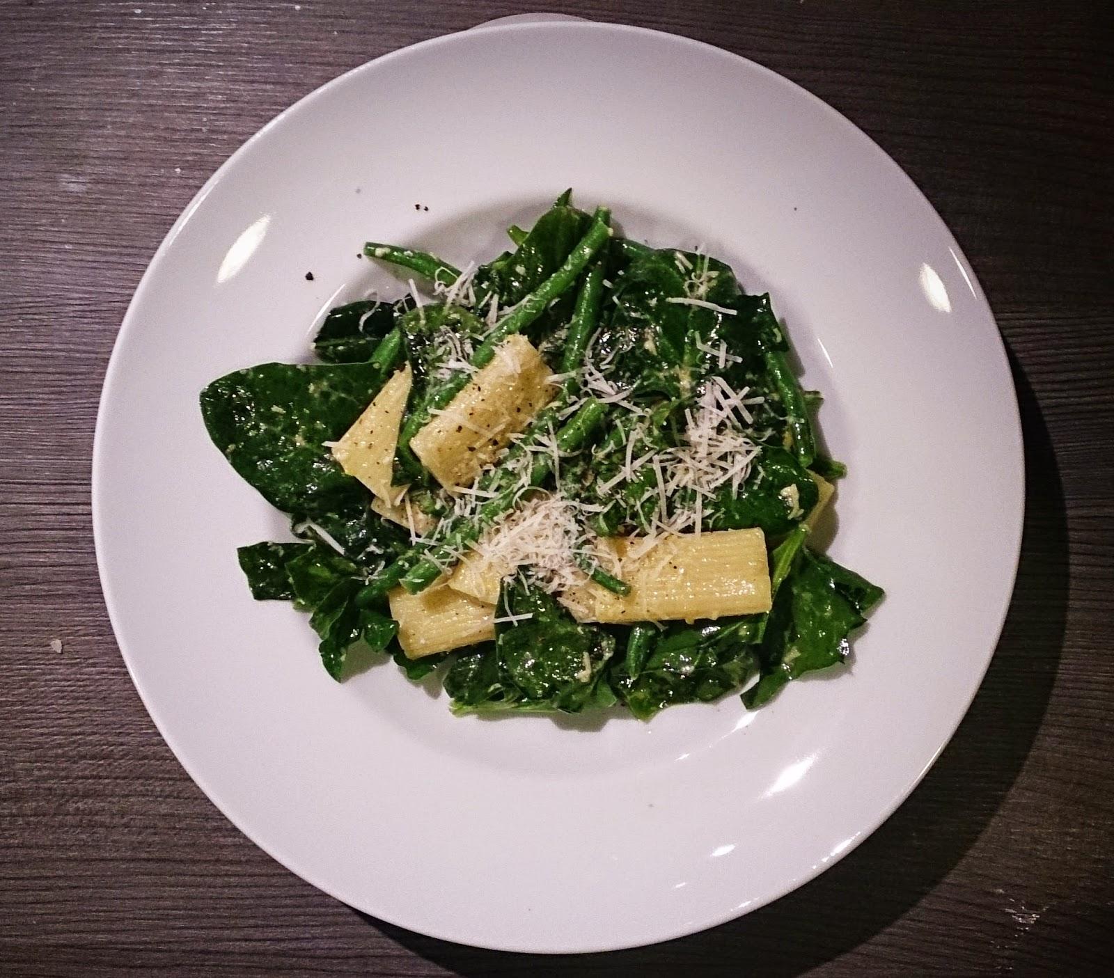 schnelles feierabendrezept: lauwarmer nudelsalat mit babyspinat und grünen bohnen