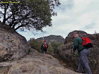 """Avançant entre roques amb el Serrat de Sant Isidre al fons. Autor: Francesc """"Caminaire"""""""
