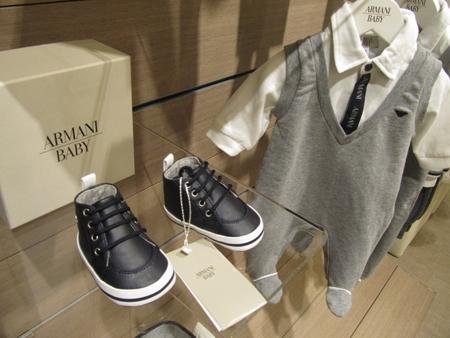 el grupo armani es uno de los grupos mundiales lderes en moda y artculos de lujo disea confecciona distribuye y vende tanto moda como productos con un