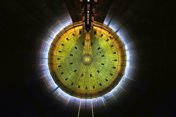 """巨大ガスタンクの内部で行われるプロジェクションマッピング""""320° LICHT """""""