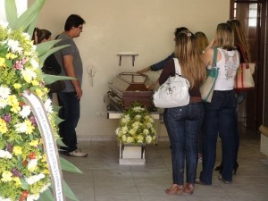 Família presente no velório do jovem que teve o caixão lacrado (Foto: Edijan Del Santo/EPTV)