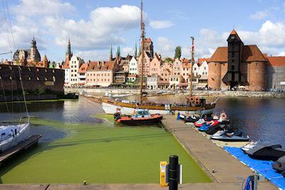 Vista del Río Motlawa desde el puerto de la histórica y vieja ciudad de Gdansk Danzig en Polonia