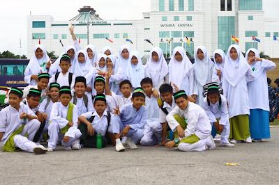Kontingen SMK Luar Bandar No.1 Sibu bergambar kenangan
