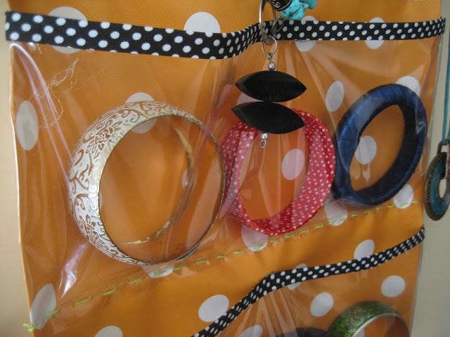 http://www.manualidadesytendencias.com/2012/03/como-hacer-un-organizador-de-joyas.html