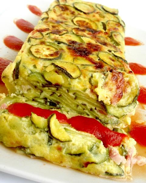 cake di zucchine con salsa al pomodoro e aglio