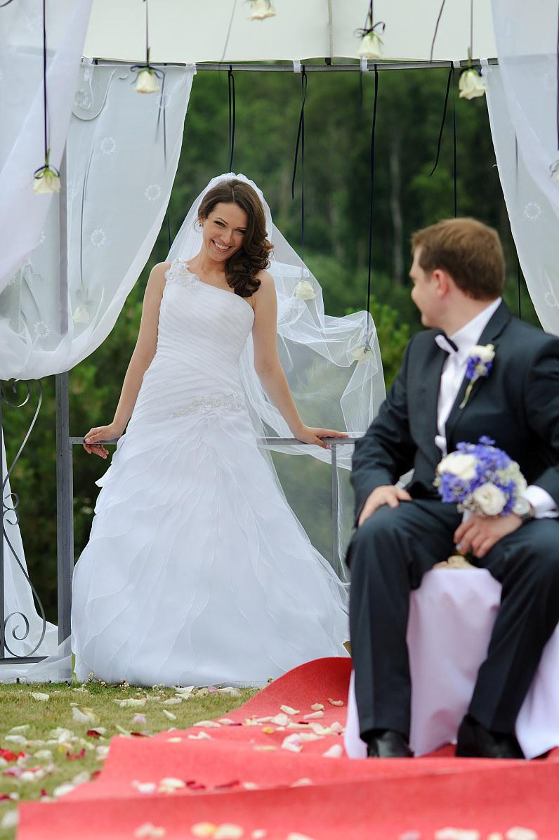 vestuvės su išvažiuojamąja ceremonija lauke
