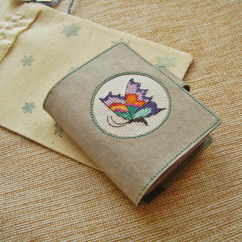 книжка для дисконтных карт из крафт-бумаги с вышивкой