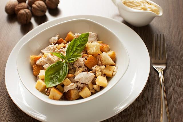 Салат с сухариками, курицей и орехами