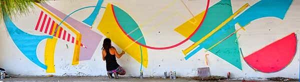 Chica grafitera pintando