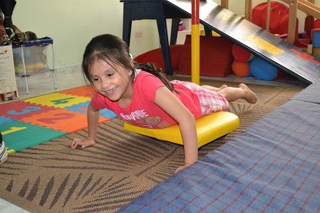 niña trabajando motricidad gruesa con terapia ocupacional