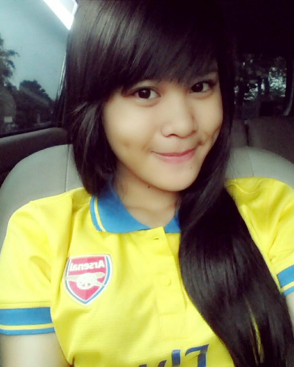 Foto Cantik Delima Rizky JKT48 Pakai Jersey Bola Arsenal