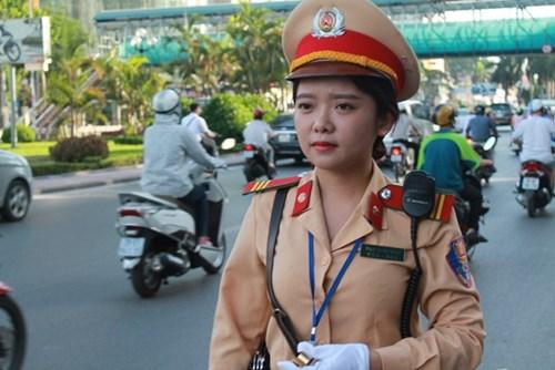 Nữ cảnh sát giao thông xinh đẹp tiếp sức mùa thi
