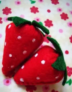 http://diminutamoon.blogspot.mx/2012/10/tutorial-fresitas-de-fieltro.html