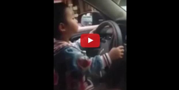 Balita ini mengemudikan mobil di jalanan Tiongkok