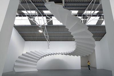 Лестница на небеса в выставочном центре дизайнерских работ. Дизайнеры Сабина Лэнг и Дениель Бауманн