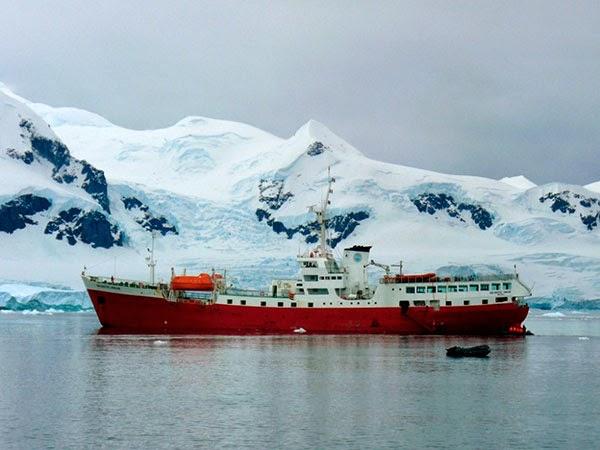 Корабль у берегов Антарктиды