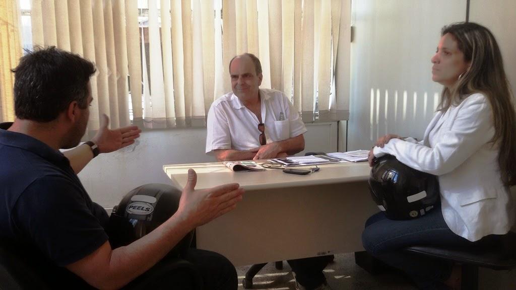 O secretário de Turismo, Ronaldo Fialho (ao centro), em reunião com os organizadores do evento, Marcos Valinhos e Danielle Granado