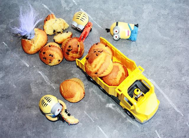 incidente stradale di minions su un camion colmo di muffin