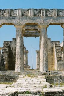 Bild 7: Teil der Ostseite des Aphaia-Tempels auf der Insel Ägina. Die Rechte am Bild liegen bei Dr. Ernst Theodor Mayer, München.