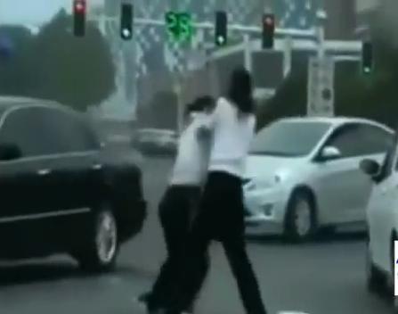 Video Polis Trafik Wanita China Bergaduh Di Tengah Jalan