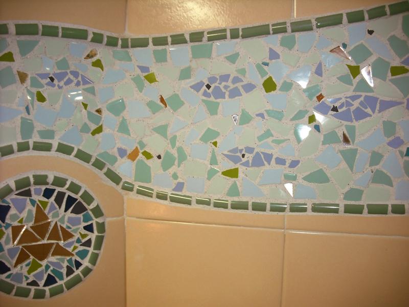 Joan seriny otro ba o en trencadis mosaicos for Azulejos rotos decoracion