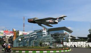 Travel Malang Juanda, Travel Juanda Malang, Travel terbesar di Malang. Patung pesawat di Jl. Sukarnoe Hatta Malang