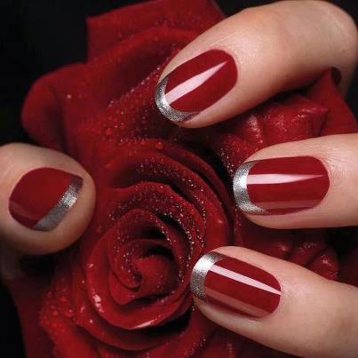 unhas vermelhas e prateadas