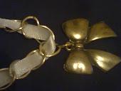 colae dourado c fita de cetim branca e pingente laço ouro velho