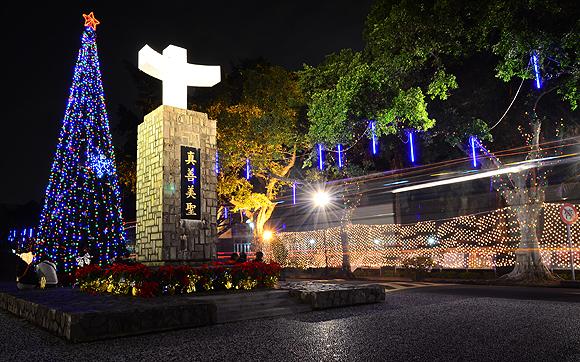 輔大校門一警,後方聖誕樹是每年耶誕節前後才會架設