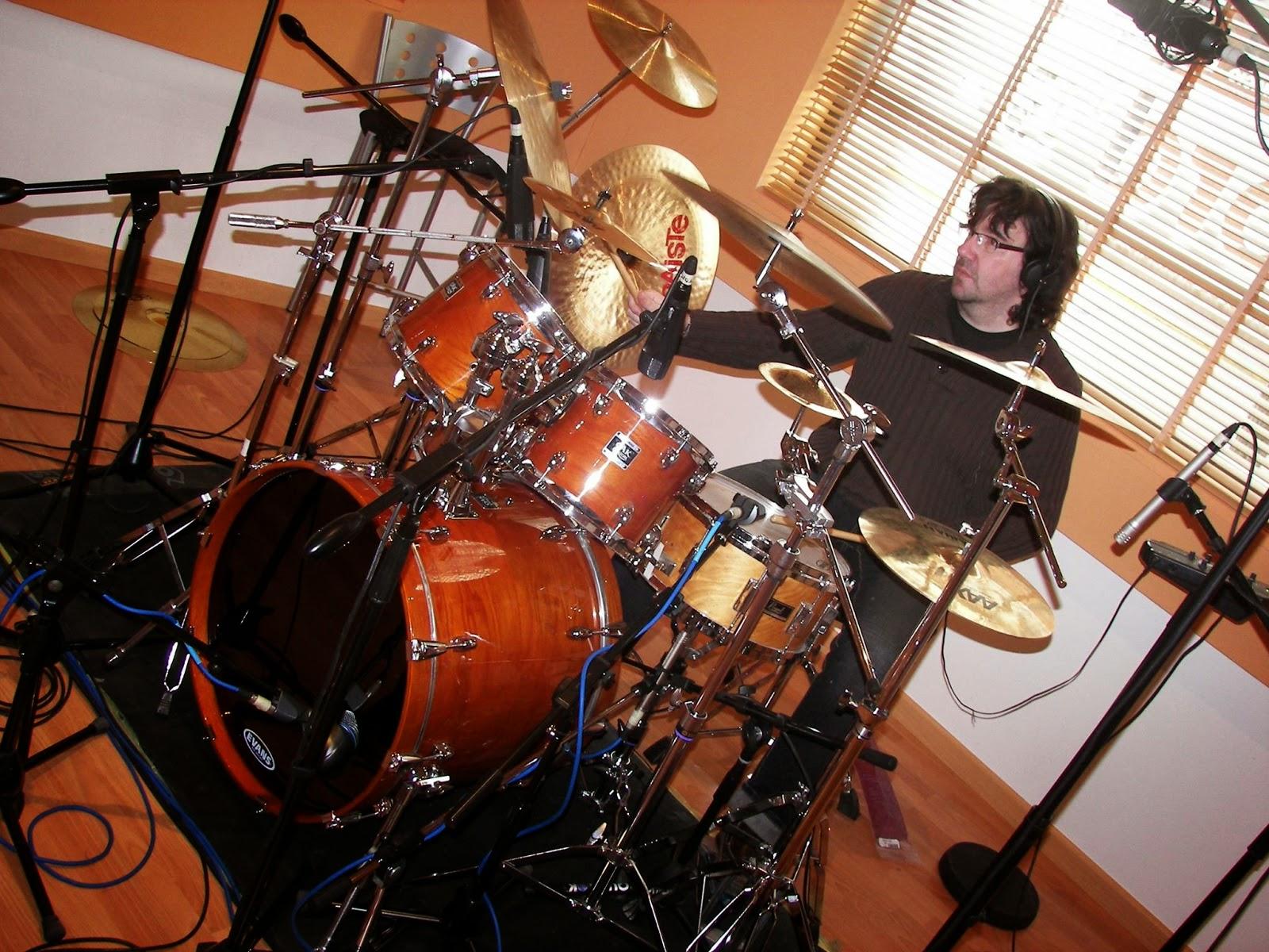 Javier Herrera a los mandos de la batería durante las sesiones de grabación