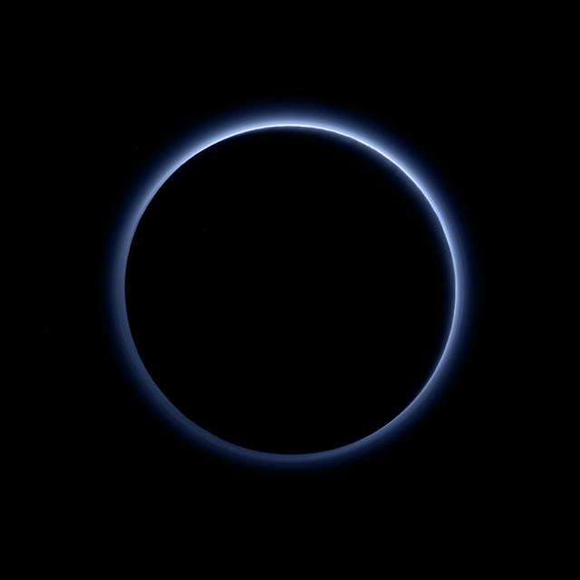 Lớp mây mù che phủ của Diêm Vương Tinh tạo nên màu xanh trong tấm hình này. Hình được thực hiện bởi thiết bị Ralph trên phi thuyền New Horizons dựa trên dữ liệu kết hợp bởi ống kính đa quang phổ MVIC và LEISA. Những đám mây mù trên cao tương tự với những gì đã được nhìn thấy ở vệ tinh Titan của Thổ Tinh. Nguồn gốc của những đám mây mù có liên quan tới các phản ứng hóa học tham gia bởi ánh sáng Mặt Trời và những phân tử nitro cùng methane dẫn tới việc tạo nên các hạt nhỏ gọi là tholin. Bản quyền hình : NASA/JHUAPL/SwRI.