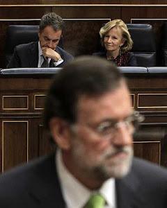 Mariano Rajoy, en primer plano, con José Luis Rodríguez Zapatero al fondo.