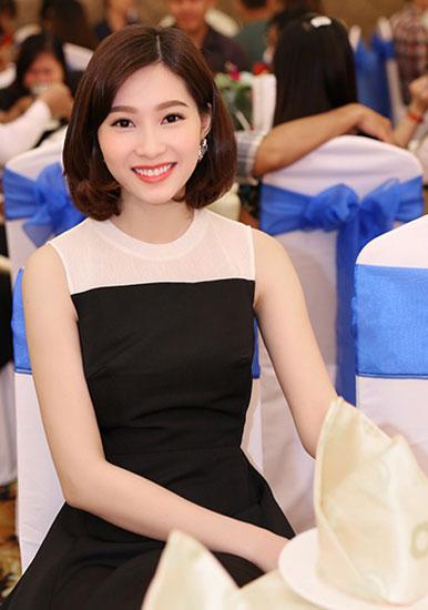 Hoa hậu Thu Thảo sử dụng son môi cam khi mặc váy đen phom dáng cổ điển. Mái tóc ngắn đem lại cho người đẹp nét trẻ trung.