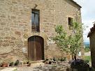 Portal d'entrada, a la façana de migdia de la casa Guardiola, en que les dovelles han estat escapçades per un balcó