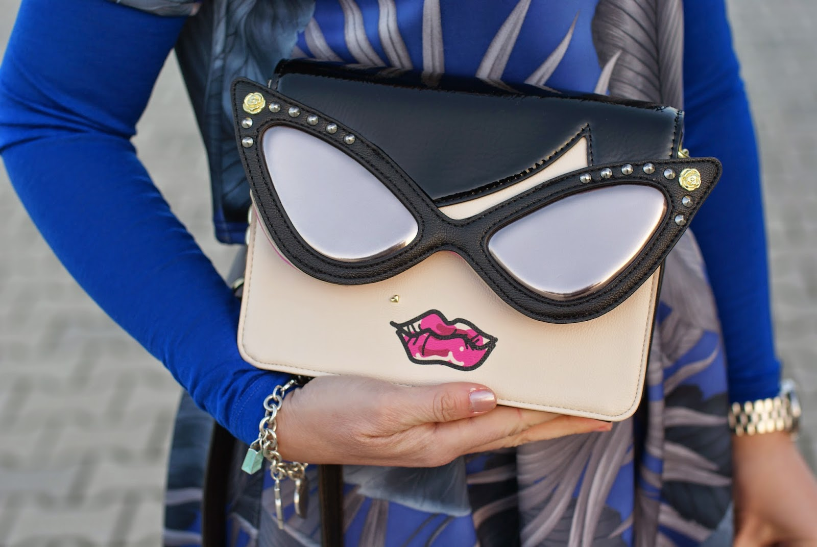 Betsey Johnson crossbody bag, bag with face shape, sunglasses clutch, Fashion and Cookies, fashion blogger, fashion blog
