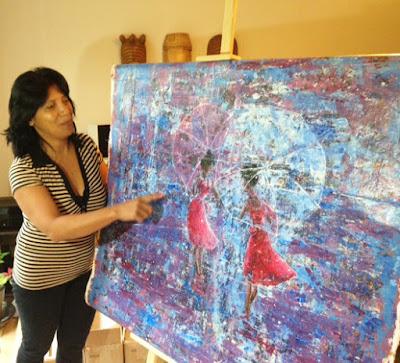 La peintre malgache Hanta Oliva Rajoharison présente son travail.