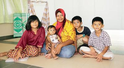 NORMALIZA bersama empat orang anaknya ketika ditemui di surau Taman Rinting, Pasir Gudang semalam