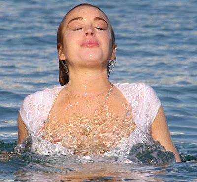 Ketika Lindsay Lohan Salah Pake Baju Renang