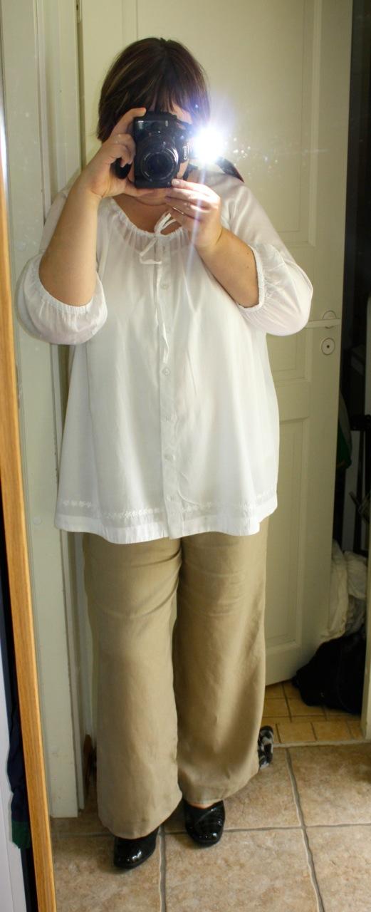 Päätön mekkokuva (mekko Gerry Weber) viime kesältä. Yläosa on neulosta ja