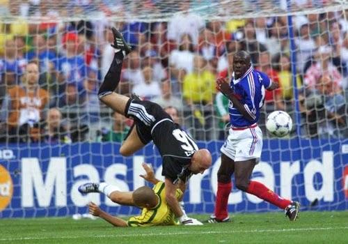 Dividida Ronaldo com o goleiro da França, Barthez final da copa 1998