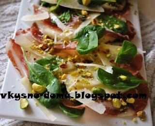 Салат из груши, пармской ветчины и шпината с фисташками